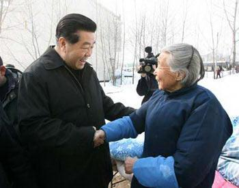 China's top political advisor Jia Qinglin pays a visit to snow and ice hit An Hui Province Friday to boost the morale of snow fighters and guide relief work.(Xinhua Photo)
