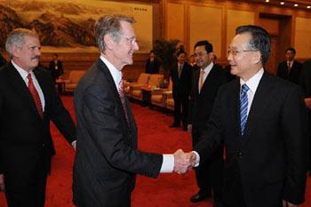 Chinese Premier Wen Jiabao said in Beijing on Monday that China is confident and capable in achieving the final victory in combating disasters incurred by low temperature, ice and heavy snow. Wen made the remarks at a seminar with more than 20 foreign experts who have been engaged in revolution and construction in China for a long time. (Xinhua Photo)