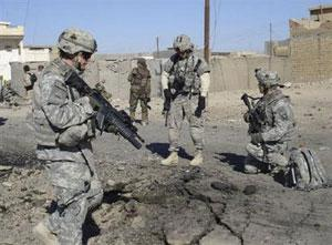 U.S. soldiers inspect the scene of a bomb attack in Samarra, 96 km north of Baghdad, March 5, 2008. REUTERS/Sabah al-Bazee
