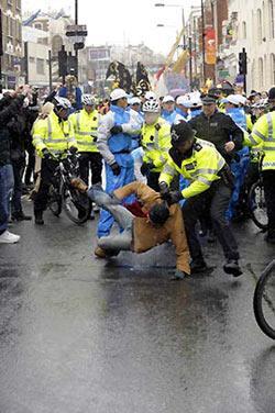 """Localpolicemanclasheswithaprotester(bottom)duringtheOlympictorchrelayinLondon,capitalofBritain,April6,2008.Afew""""pro-Tibetindependence""""activiststriedtosabotagethetorchrelay,stirringclasheswithBritishpolice.Atleast25peoplewerearrested.(Xinhua/QiHeng)"""
