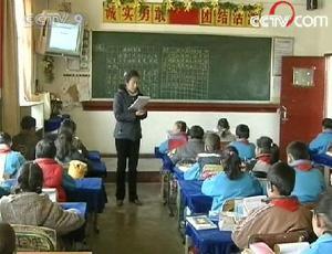 InTibet,theeducationdepartmenthasbeenmakingeffortstopromoteaChinese-Tibetanbilingualeducationsystem.(CCTV.com)