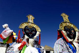 PerformersdanceattheTashilunpoMonasteryinXigatse,TibetAutonomousRegiononApril18,2008.