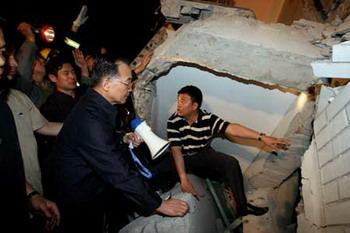 Chinese Pemier Wen Jiabao (2nd R) speaks to buried people at a ruined hospital in Dujiangyan city of southwest China's Sichuan Province May 12, 2008. Premier Wen flew into southwest China's Sichuan Province on Monday. (Xinhua Photo)