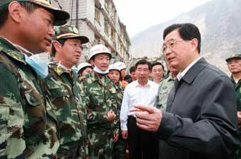 Chinese President Hu Jintao (R) talks with with military officers when he inspects disaster relief work in the quake-hit Xuankou Town of Wenchuan County in southwest China's Sichuan Province, May 17, 2008.(Xinhua Photo)