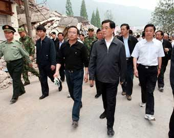 Chinese President Hu Jintao inspects disaster relief work in the quake-hit Longmenshan Town of Pengzhou City in southwest China's Sichuan Province, May 17, 2008.(Xinhua/Ju Peng)