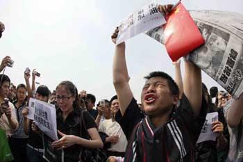 "Peopleshoutslogans""Cheerup,China!"",""Cheerup,Wenchuan!""afterathree-minutesilenttributetoquakevictims,attheTian'anmenSquareincentralBeijing,capitalofChina,May19,2008.ChinabeganonMay19athree-daynationalmourningforthepeopledeadinthe8.0-magnitudequakehittingsouthwestandnorthwestChina.(Xinhua/WangYongji)"
