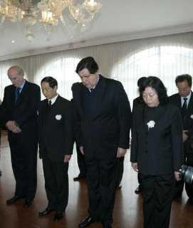 Peruvian President Alan Garcia (3rd L) mourns for China's earthquake victims as Chinese Ambassador Gao Zhengyue (2nd L) stands aside at the Chinese Embassy in Lima, capital of Peru, May 19, 2008. Garcia came to the Chinese Embassy on May 19 to offer condolences to Chinese quake victims. (Xinhua Photo)
