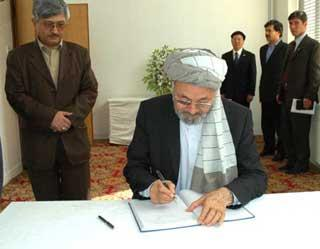 Afghan&nbsp;Vice&nbsp;President&nbsp;Mohammad&nbsp;Karim&nbsp;Khalili&nbsp;writes&nbsp;on&nbsp;the&nbsp;condolence&nbsp;book&nbsp;to&nbsp;mourn&nbsp;for&nbsp;China's&nbsp;earthquake&nbsp;victims&nbsp;at&nbsp;the&nbsp;Chinese&nbsp;Embassy&nbsp;in&nbsp;Kabul,&nbsp;capital&nbsp;of&nbsp;Afghanistan,&nbsp;May&nbsp;20,&nbsp;2008.&nbsp;A&nbsp;number&nbsp;of&nbsp;Afghan&nbsp;parliamentary&nbsp;and&nbsp;cabinet&nbsp;members&nbsp;as&nbsp;well&nbsp;as&nbsp;senior&nbsp;members&nbsp;from&nbsp;the&nbsp;Afghanistan-based&nbsp;foreign&nbsp;missions&nbsp;came&nbsp;to&nbsp;the&nbsp;Chinese&nbsp;Embassy&nbsp;on&nbsp;May&nbsp;20&nbsp;to&nbsp;offer&nbsp;condolences&nbsp;to&nbsp;Chinese&nbsp;quake&nbsp;victims.&nbsp;(Xinhua&nbsp;Photo)