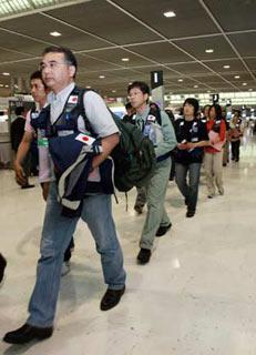 Members of Japanese medical team walk to board at the Narita airport in Chiba Prefecture, Japan, May 20, 2008. A 22 member Japanese medical team flew to Chengdu, capital of the quake-hit southwest China's Sichuan Province on Tuesday. (Xinhua Photo)