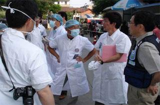 JapanesemedicalworkersaretreatinginjuredpeopleatHuaxiHospitalinChengdu.