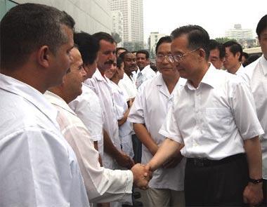 ChinesePremierWenJiabao(RFront)meetswithmembersoftheCubanmedicalteamatHuaxiHospitalinChengdu,capitalofsouthwestChina'sSichuanProvince,May24,2008.(Xinhua/YaoDawei)