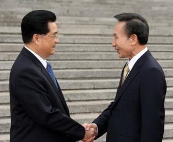 ChinesePresidentHuJintao(L)shakeshandswithvisitingPresidentLeeMyung-bakoftheRepublicofKorea(ROK)duringawelcomeceremonyheldinBeijing,capitalofChina,May27,2008.LeeMyung-bakarrivedinBeijingTuesdayafternoon,startingafour-daystatevisittoChina.(XinhuaPhoto)
