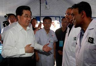 ChinesePresidentHuJintaovisitsaPakistanimedicalteaminLongnancityinnorthwestChina'sGansuProvinceSundayafternoon.(XinhuaPhoto)