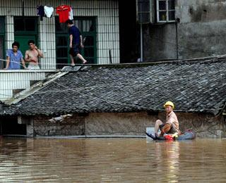 Photo taken on June 13, 2008 shows houses submerged in the flood caused by heavy rainstorm in Luorong Town of Luzhai County, southwest China's Guangxi Zhuang Autonomous Region.(Xinhua Photo)