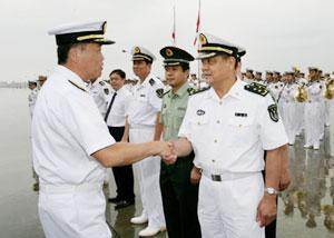 General Su Shiliang (R, front), commander of China's South Sea Fleet, sees off Major-Gen. Shinichi Tokumaru (L, front) of the Japanese Maritime Self-Defense Force at the port of Zhanjiang, South China's Guangdong Province, June, 28, 2008. (Xinhua Photo)
