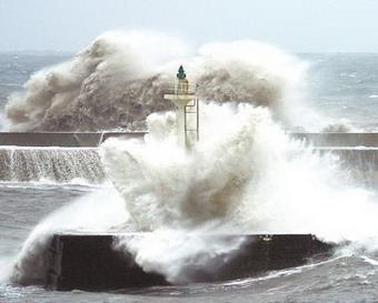 TyphoonFungWong,orphoenix,isnowmovingrapidlynorthwestwardandisexpectedtolandinHualienoftheTaiwanregiononMondaymorning.