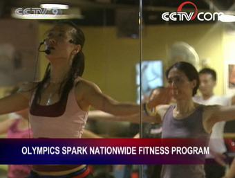 These people are exercising at a fitness club in downtown Beijing. They're here to lose weight, relax, or keep fit.(CCTV.com)