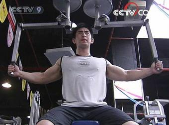 Tang Mingze began body building five years ago. He now came to the gym four days a week.(CCTV.com)