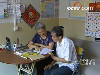 For 65-year old Wang Xiuqin and her husband, 72-year old Lv Baoli, studying English has become one of their major enjoyments in their retired lives.