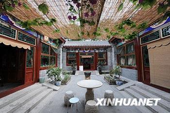 ThishostelisbuiltinthestyleofthetraditionalBeijingcourtyardhouse,withgrey-tiledroofsandredwoodenwindowframes.