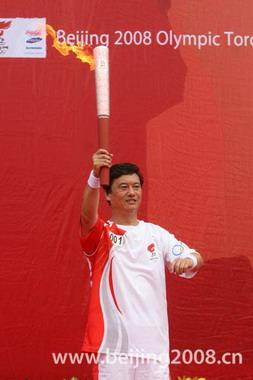Kong Xiangrui, a national model worker, started out the Tianjin leg of the Beijing 2008 Olympic Torch Relay at the Tianjin harbor at 8:10 a.m. on Friday.