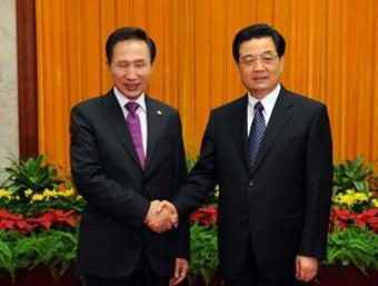 Chinese President Hu Jintao (R) shakes hands with President of the Republic of Korea (ROK) Lee Myung bak during their meeting in Beijing, China, Aug. 9, 2008. Lee Myung bak attended the opening ceremony of the Beijing Olympic Games on Friday night. (Xinhua/Li Xueren)