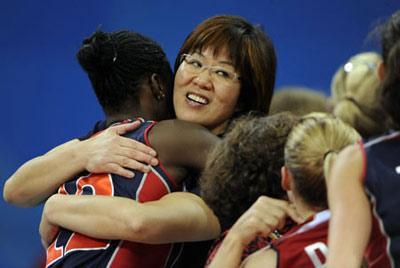 Lang Ping, coach of the women's volleyball team of the United States, hugs her team members during the Women's Quarterfinals match U.S. vs Italy of Beijing 2008 Olympic Games volleyball event in Beijing, China, Aug. 19, 2008. The U.S. beat Italy 3-2. (Xinhua)