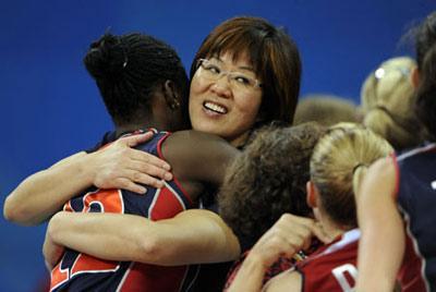 LangPing,coachofthewomen'svolleyballteamoftheUnitedStates,hugsherteammembersduringtheWomen'sQuarterfinalsmatchU.S.vsItalyofBeijing2008OlympicGamesvolleyballeventinBeijing,China,Aug.19,2008.TheU.S.beatItaly3-2.(Xinhua)
