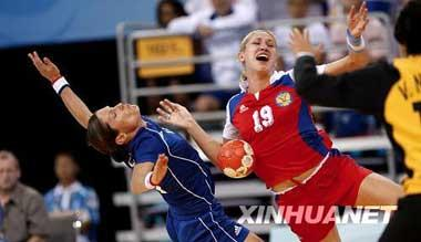 Russia beat France 32-31 in women's handball quarterfinals at the Beijing Olympic Games, Aug.19. Russian athlete (middle) crashed with French athletes during the match. (Xinhua)