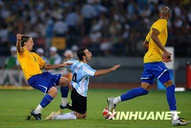 Argentina won 3-0 against Brazil in the men's football semifinal, Aug.19. Brasilian athlete (yellow) attacked his rival from behind, and was given a red card. (Xinhua)
