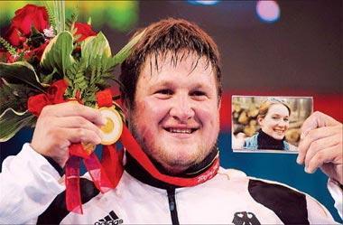 MatthiasSteinerofGermanyholdsthegoldmedalhededicatedtohislatewifeSusann,whodiedinacaraccidentin2007,afterwinningthemen's+105kgoftheweightliftingcompetitionAugust192008.[Xinhua]