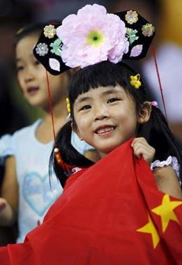 A girl watched wrestling men's 74kg freestyle match at the China Agricultural University Gymnasium in Beijing on August 20, 2008.(www.sina.com)