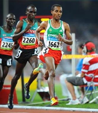 Kenenisa Bekele (R) of Ethiopia competes during the men's 5,000m final at the National Stadium, also known as the Bird's Nest, during Beijing 2008 Olympic Games in Beijing, China, Aug. 23, 2008. Kenenisa Bekele won the title and set a new Olympic record.(Xinhua Photo)