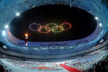 Photo taken on Aug. 24, 2008 shows fireworks in the shape of Olympic Rings at the National Stadium, or the Bird's Nest, Beijing, capital of China. (Xinhua/Xu Jiajun)
