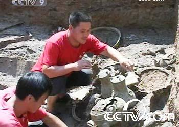 As the faces of old buildings are restored at Mount Lushan, the original structure of an ancient mausoleum located in Henan Province is being slowly revealed.