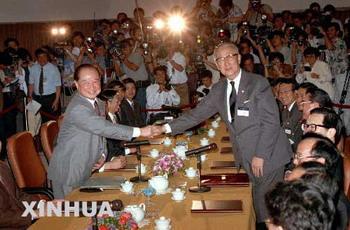 In1993,ARATSchairmanWangDaohanandSEFchairmanKooChen-fuheldtalksinSingapore.