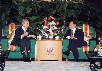 Fiveyearslaterin1998,WangandKooshookhandsagaininShanghai.TheyreachedaconsensusonfourpointsinvolvingdialogueacrosstheStraitsonpoliticalissues.