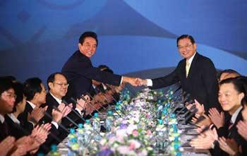 Chinesemainland'sAssociationforRelationsAcrosstheTaiwanStraits(ARATS)PresidentChenYunlin(L)shakeshandswiththeTaiwan-basedStraitsExchangeFoundation(SEF)ChairmanChiangPin-kung(R)duringtheirtalksinTaipeiofsoutheastChina'sTaiwanProvinceNov.4,2008.(XinhuaFilePhoto)