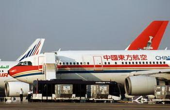AChinaEasternAirbus-300arrivesattheUtapaoAirportnearPattaya,about150kmeastofBangkok,capitalofThailand,Nov.29,2008.Chineseaviationauthoritiesweresending5planesonSaturdaytoThailandtobringhometheremainingstrandedChinesetouristsaftertheclosureoftheSuvarnabhumiInternationalAirportinBangkok.(XinhuaPhoto)