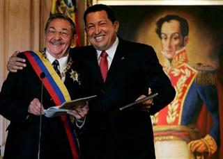 Cuba's President Raul Castro, left, stands with Venezuela's President Hugo Chavez at Miraflores presidential palace in Caracas, Saturday, Dec 13, 2008.(AP Photo/Fernando Llano)