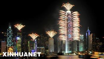 Fireworks illuminate the Victoria Harbour in Hong Kong, south China, Jan. 1, 2009.  (Xinhua Photo)