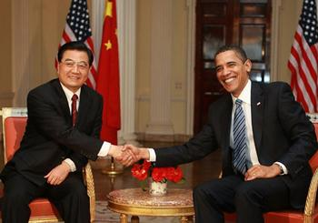 Chinese President Hu Jintao (L) shakes hands with U.S. President Barack Obama during their meeting in London, Britain, on April 1, 2009.(Xinhua/Ju Peng)