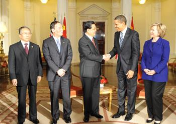 Chinese President Hu Jintao (3rd L) shakes hands with U.S. President Barack Obama (2nd R) during their meeting in London, Britain, on April 1, 2009.(Xinhua/Li Xueren)