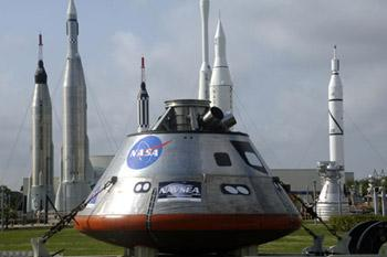 A full-size test mockup of the Orion crew exploration vehicle is displayed at the Kennedy Space Center Visitor Complex in Florida,April 2, 2009.The Orion will become America's primary vehicle for human space exploration, replacing the space shuttle after it is retired in 2010.(Xinhua/AFP Photo)