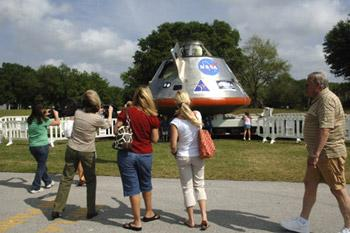 Visitors view a full-size test mockup of the Orion crew exploration vehicle , which is displayed at the Kennedy Space Center Visitor Complex in Florida,April 2, 2009.(Xinhua/AFP Photo)