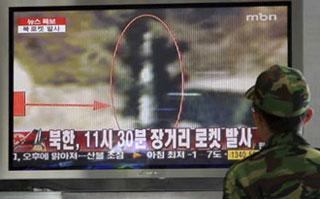 A South Korean soldier watches a TV news report on DPRK's rocket launch, at a railway station in Seoul April 5, 2009. DPRK launched a long-range rocket over Japan on Sunday. (Xinhua/Reuters Photo)