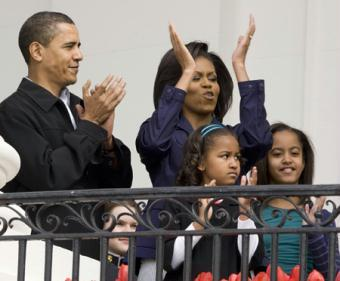 U.S. President Barack Obama and members of the first family stand on the Truman Balcony of the White House before the start of the 2009 Easter Egg Roll on the South Lawn in Washington April 13, 2009. From left to right are Barack Obama, first lady Michelle Obama (top), daughter Sasha, and daughter Malia.(Xinhua/Reuters Photos)