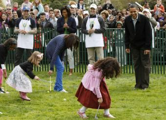 U.S. President Barack Obama (R) and first lady Michelle Obama cheer on their daughters Malia (3rd L) and Sasha (L) during the Annual Easter Egg Roll on the South Lawn at the White House in Washington April 13, 2009.(Xinhua/Reuters Photos)