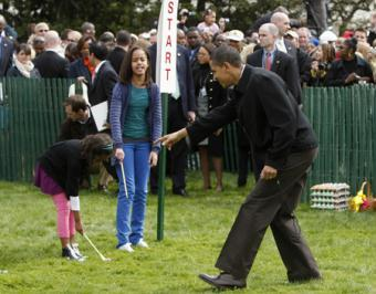 U.S. President Barack Obama (R) cheers on his daughters Malia (C) and Sasha during the Annual Easter Egg Roll on the South Lawn at the White House in Washington April 13, 2009.(Xinhua/Reuters Photos)
