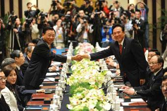 Chen Yunlin (R), president of the mainland's Association for Relations Across the Taiwan Straits (ARATS), shakes hands with Chiang Pin-kung, chairman of the Taiwan-based Straits Exchange Foundation (SEF), before their talks in Nanjing, east China's Jiangsu Province, on April 26, 2009. This was the third round of talks between them in less than a year.(Xinhua/Han Yuqing)